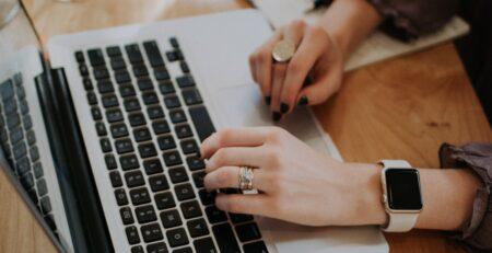 Persona trabajando en computadora